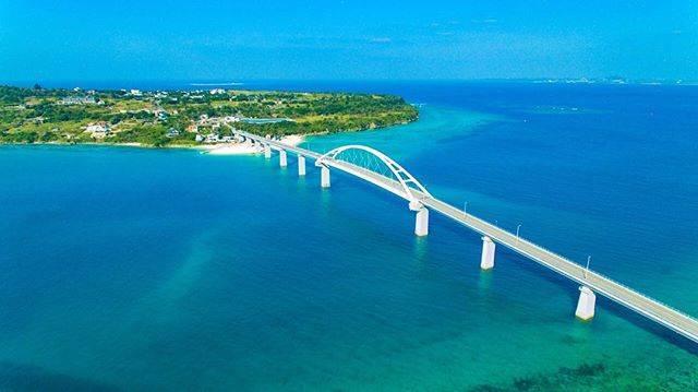"""おきなわLikes on Instagram: """"瀬底島、アンチ浜 沖縄本島から気軽に行ける瀬底島は この瀬底大橋を渡っていきます。 最近よくアンチ浜のご質問を頂きますが 大橋が島につながる部分の海の色が マリンブルーに変わっているのはみえるでしょうか。 そこがアンチ浜です。 大橋から見おろす景色も良し、…"""" (833985)"""