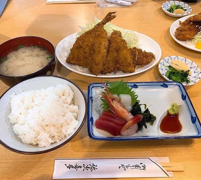 """ずずまん on Instagram: """"わたくし今沼津におります。美味しい定食をいただきました。良きラードを使っているのかとても素敵な香りのアジフライ。#沼津 #弥次喜多 #魚河岸定食 #880円 #キャベツの量えげつない"""" (834839)"""