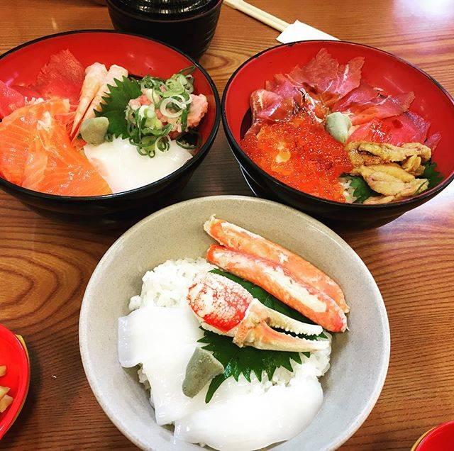 """AI on Instagram: """"ちょっと早めのお昼♪#日本海さかな街 #海鮮dining丼 #たまには贅沢ランチ #おいしくいただきました💕 #おみやげもここで決まり"""" (837654)"""