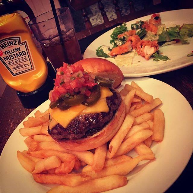 """Shohei Yamashita on Instagram: """"ひとりでふらっと…古巣にお邪魔しました。変わらない雰囲気が落ち着く。ポテトサービスしてもらっちゃいました。すごいボリュームに…#americanhouse #burger #minatomirai"""" (839001)"""