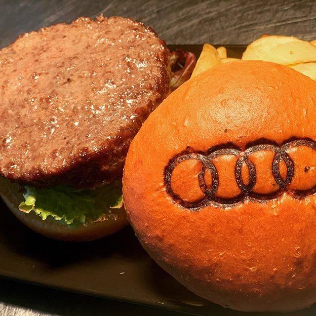 """Audi Delight Cafe on Instagram: """"A5ランク近江牛。 気軽にお立ち寄りください。  #minatomirai #dinner #audi #audicafe #audidelightcafe  #みなとみらい #みなとみらいカフェ  #みなとみらいディナー  #バーガー #ハンバーガー  #burger…"""" (839025)"""