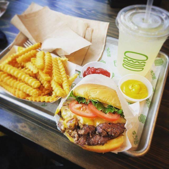 "oʇoɯɐɯɐʎ ıǝʞ on Instagram: ""そーいえば、シェイクシャック🍔。 今まで食べたハンバーガーの中で ナンバーワンのハンバーガーだった!👍😆 クソうまかったなー🤭 これで2000円もするという…恐ろしい価格だが、味の保証はする!🙀 ---- #shakeshack #シェイクシャック…"" (839028)"