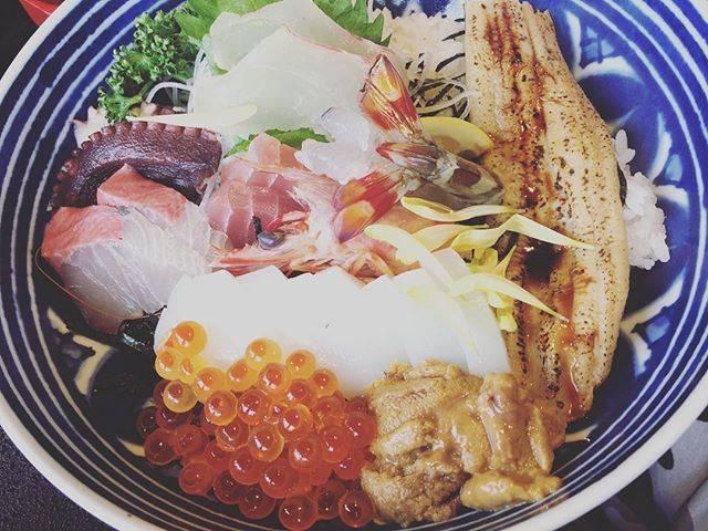 """hisa's Instagram photo: """"天草到着!!!と思いきや、これからばーちゃんちまで2時間かかる(笑)市内から3時間かかる(°_°)(°_°)途中でお昼ご飯!!海老が動いてビビった(°_°)新鮮だねー!#天草#熊本#海鮮丼#福伸"""" (839831)"""