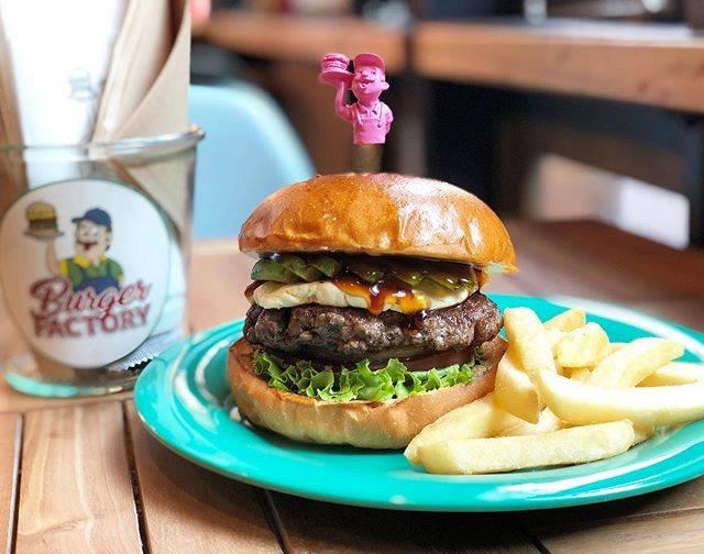 """Burger Factory on Instagram: """"おはようございます😊本日も11時よりオープン致します🌈テイクアウトやウーバーも引き続きご利用くださいませ😉事前にお電話で注文していただければ待たずにお渡しできます🍔✨プロフィールの欄からお店へ電話できるようにもなっていますので、是非ご利用ください!☎️"""" (842125)"""