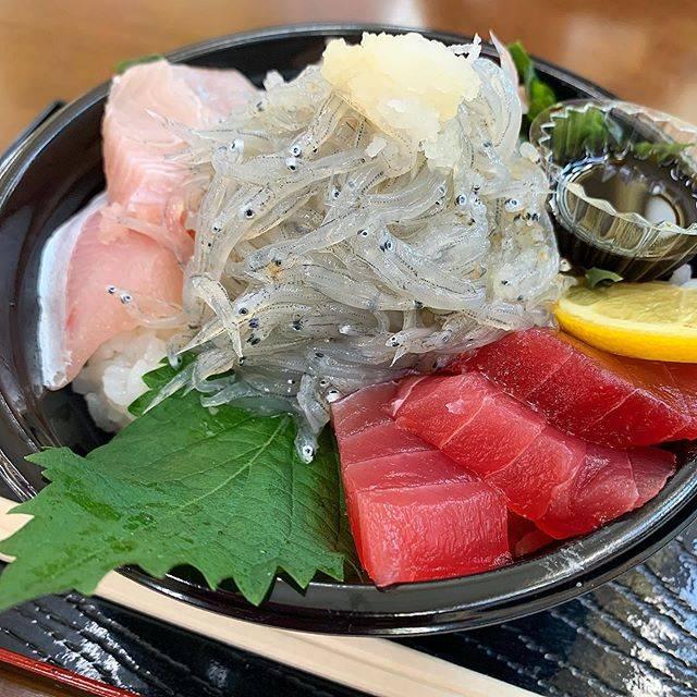 """ちな on Instagram: """". 🔖おさかな共和国 えびす丸 / 淡路島 (兵庫) . 淡路島の道の駅。ここで1番人気の生しらす丼! . はじめての生しらすの美味しさに感動😂唸った笑 てんこ盛りで堪能。食べログで人気なのも納得🐟 . #awaji #awajishima #japanesefood…"""" (843450)"""