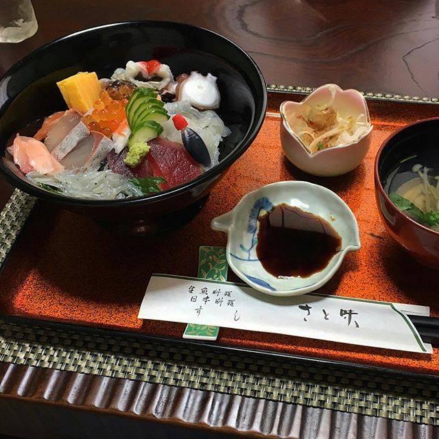 "momo on Instagram: "".行き当たりばったりで入ったお店が人気店ぽかって海鮮丼が色んな種類 乗っててめちゃうまやった🤤🙏❤️#さと味 #淡路島 #淡路島グルメ"" (843510)"