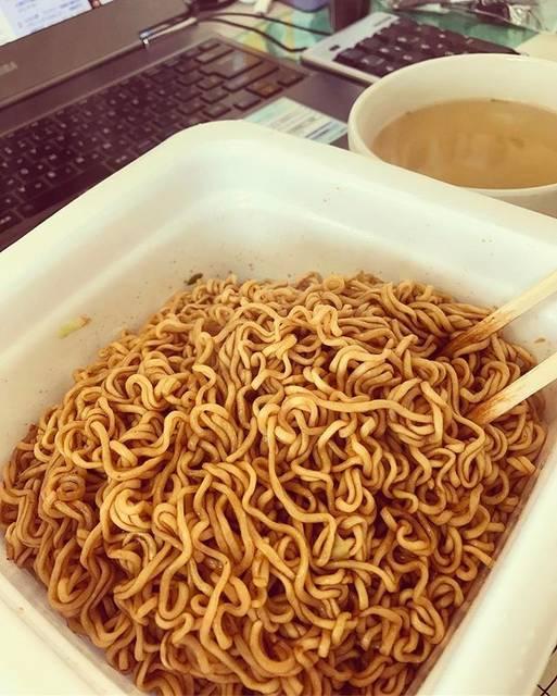 """Hiroshi.M on Instagram: """"北海道民のソウルフード、やきそば弁当。 ・ ・ ・ お昼ご飯はいつも親父と事務所で自炊していますが、今日は1人だったので優雅に焼きそば弁当すすりました^_^ ・ ・ グータラハイカロリー食品(笑) ・ そんなことわかっていても無性に食べたくなるのがやきべんwww ・ ・…"""" (844767)"""