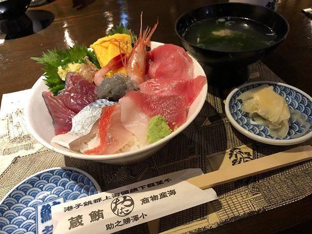 """いしだのおいしーだ on Instagram: """"銚子の海鮮料理屋さんの鮪蔵!お店人気No.2の海鮮丼を食べたよー!(ちなみにNo.1は丼じゃなかったので選ばなかっただけ)色んなお刺身がのってるから色んな味が楽しめて最高!特になめろうは初めて食べたけどめちゃめちゃ美味しかった😋#鮪蔵 #銚子グルメ #いしだのおいしーだ"""" (847400)"""