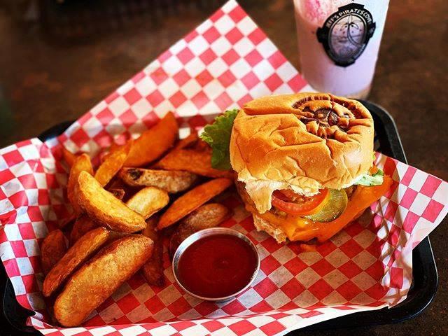 """栗栖/Kurisu 旅好きサラリーマン✈︎ on Instagram: """"【グアムで食べたハンバーガー🍔】 ・ 「ジェフズパイレーツコーブ」というお店なのですが、グアムをドライブされる方にはぜひお勧めしたい場所です!🏴☠️ ・ #グアム #グアム旅行 #グアム旅行記 #ハンバーガー #ハンバーガー巡り  #ハンバーガー屋…"""" (847552)"""