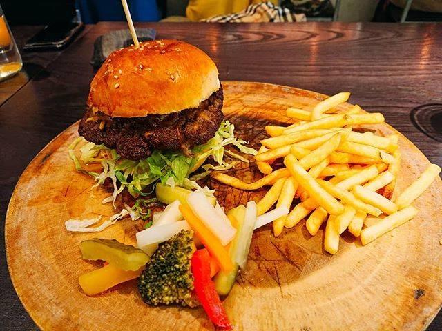 """naty on Instagram: """"お肉が美味しいハンバーガー🍔✨ 代官山混んでるところばっかりだったけど、割とすっと入れて落ち着いた雰囲気でよかった(*´˘`*) ただ……ドリンク付といえど、1500円というのはなかなか!いいお肉だからしょうがないのか😂😂 #代官山 #代官山ランチ #代官山ハンバーガー #🍔…"""" (849137)"""