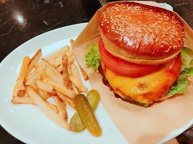 "・:*+.moka・:*+. on Instagram: ""代官山のオシャンなカフェ☕️ ルドローブラントカフェ  とってもボリューム満点なハンバーガーでした🍔  大食いの私でもギリ完食でした💧  カフェの雰囲気もとってもいい雰囲気でよかったです💓  #東京グルメ  #代官山 #ハンバーガー #humburger…"" (849155)"