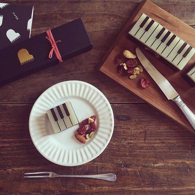 """よしざわ窯member   ナカハラユウ on Instagram: """"ジャズとようかんさんのジャズ羊羹を白い線刻リム小皿で♥︎音楽好きにはたまらない大人の羊羹に惚れ惚れ。#よしざわ窯 #withかわいいおやつ #ジャズ羊羹 #ジャズようかん"""" (849318)"""
