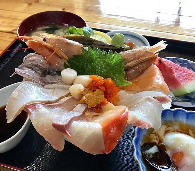 """有坂哲's Instagram post: """"*破壊力バツグンです🐟🦐*#海鮮丼#漁師直営いけす立石#芥屋海水浴場#糸島"""" (853558)"""