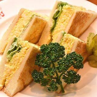 """東京カレンダー on Instagram: """"パンの間にたっぷりとサンドされたエッグサラダは、卵の大きさによってゆで加減を微妙に変化させ、均一な茹で具合に仕上げるのが美味しさの決め手なのだとか。 #東京カレンダー #東カレ #tokyocalendar #lunch #五反田 #フランクリンアベニュー…"""" (856114)"""