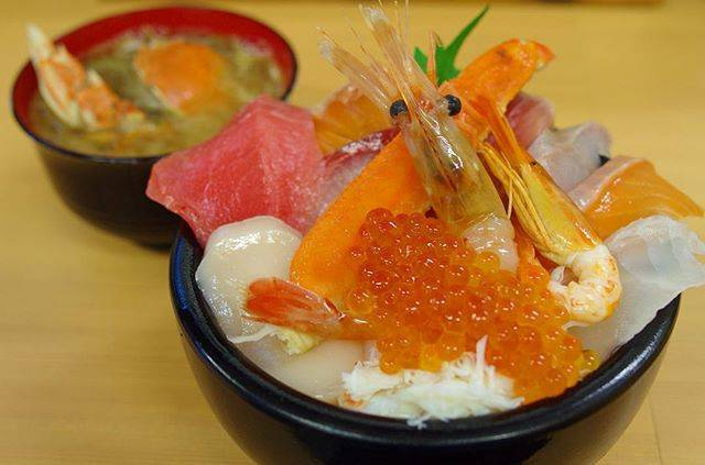 """Yocikiyo on Instagram: """"おはようございます。 札幌の二条市場にある魚屋の台所という店で、海鮮丼(並)です。 並と言っても、10種類以上の魚介が並び、すべてが新鮮なのはもちろんのこと、甘くてうまい! 吉祥寺のささの葉も刺身が甘くてうまいなと思いますが、それに通じるものありです。…"""" (857080)"""