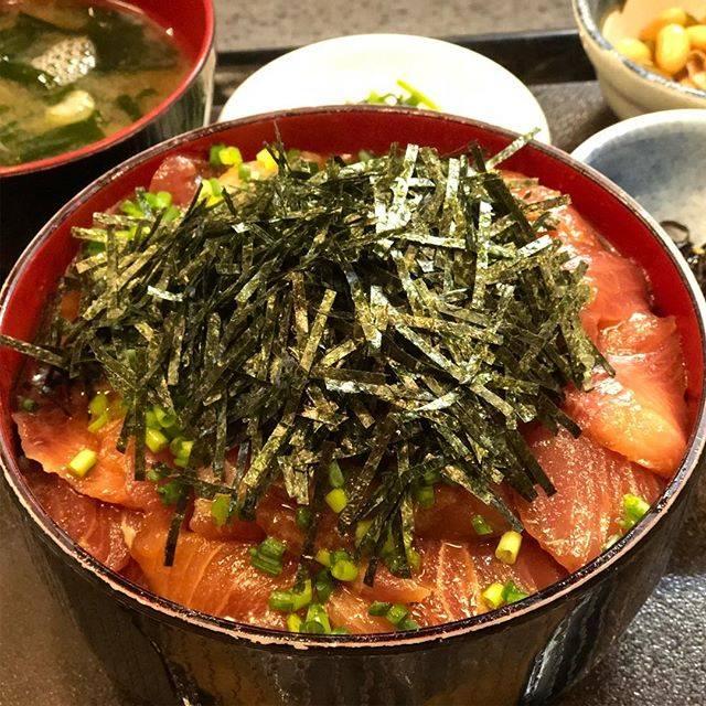 """Layla on Instagram: """"渋谷「のじま」天然ブリ丼。食べても食べても減らないブリ山!!お昼にこれを食べてしまったら午後は使い物になりません。。"""" (858397)"""
