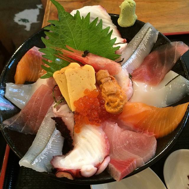 "Yosuke Asano's Instagram profile post: ""#漁十八番#渋谷#海鮮丼 冷奴、味噌汁、漬物ついてこれで1000円!安い!"" (858880)"