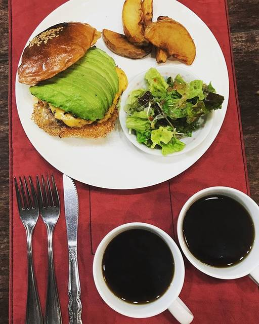 """香留壇 on Instagram: """"おはようございます😃  今朝の八尾市はどんよりと雨模様ですが、 いつものよーに朝ごはん頂いて、 11時よりオープンします!  本日も宜しくお願いします(^^)v  #朝ごパン  #ホットコーヒー  #アボカドチーズバーガー #バンズ #ニューリーボーン #レトロな喫茶店…"""" (860345)"""