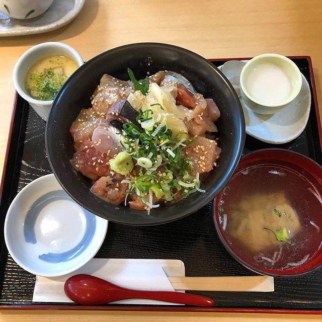 """keiko on Instagram: """"海一へ海鮮丼ランチ・秘伝の醤油タレがあるみたいですが、ゴマ好きなのであっさりゴマだれで注文美味しかったです😊・#海一#寿司ランチ#ランチ#lunch#岡山ランチ#岡山グルメ#岡山#okayama"""" (860519)"""