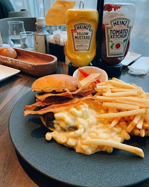 "takahiro morishige on Instagram: ""This burger is very rich with cheese and so tasty 🧀🍔 濃厚なチェダーチーズのグラタンがたっぷり😋  #diningandbar #lavarock #courtyardmarriott #courtyardbymarriott…"" (860552)"