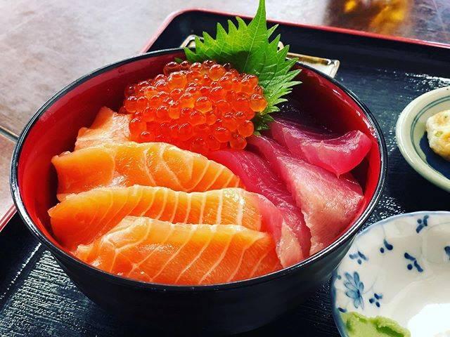 """Yukkouma on Instagram: """"仙台市内観光の後は『松島』へ🚃  ちょうどお昼時だったので、『漁師の海鮮丼』さんで三色丼(マグロ、サーモン、いくら)を頂きました😋  母が頼んだマグロフライもサクサク肉厚で美味しゅう御座いました😋✨…"""" (866396)"""