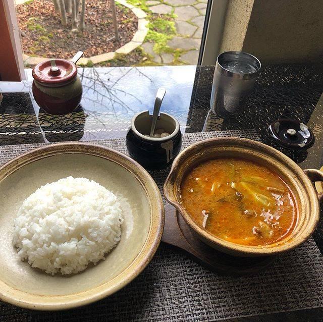 """しん's Instagram photo: """"初めてデカンカリ頂きました。ラムとキャベツのカレー😋スープは辛くても、細かいみじん切りの玉ねぎがたくさん入っていてトロトロで甘い。ラムもトロトロトロ👍ご飯は新米山盛り。  ガンガさん、札幌スープカレーとはまた違うのです。とても美味しくて、止まらなくなる。…"""" (867062)"""