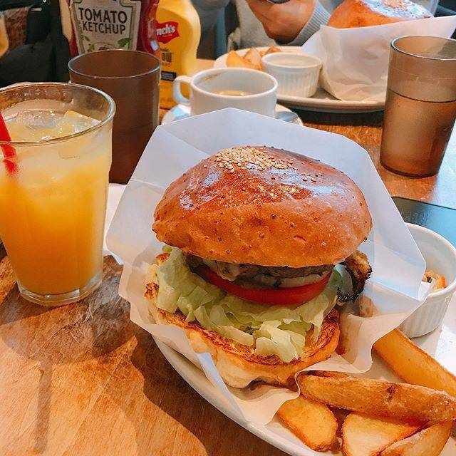 "Cafe Diary on Instagram: "" THE BURGER STAND FELLOWS  @AOYAMA  本格的なバーガーでパテが 最高にジューシーでした! ワンドリンク必須?みたいなのでご注意!⚠️   #hamburger #theburgerstandfellows #fellows…"" (867752)"
