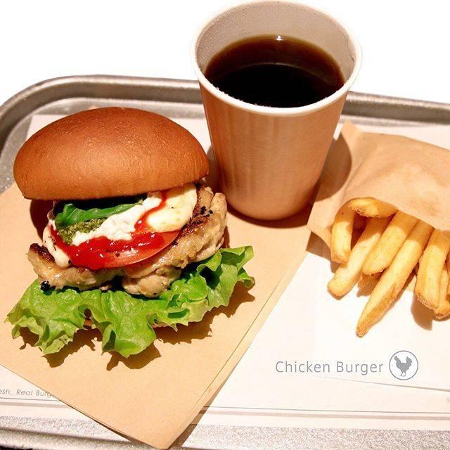 """@the_3rd_burger on Instagram: """"・ モッツァレラバーガーはチキンがおすすめ!😋 お店で漬け込んだグリルチキンとモッツァレラチーズの相性は抜群🤤✨ ビーフもいいけど、たまにはチキンなんていかがですか☺🍗   #the3rdBurger #サードバーガー #ハンバーガー #はんばーがー #ハンバーガー部…"""" (867773)"""