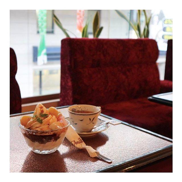 "Moe Murakami on Instagram: ""商店街の中という立地(写り込みは鯉のぼり)、わかりやすいケーキが並ぶショーケース、オレンジ色の照明、テロっとした赤いソファ。 北海道で老舗の喫茶店に出会えることはそんなに多くないので、嬉しい。神戸のサントスみたいな嬉しさ(´-`)…"" (868501)"
