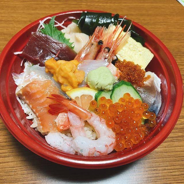 """くん on Instagram: """"ある日の晩ご飯😊たまーに訪れる私の晩ご飯作りたくないモード😅そんな日は、ご近所さんのお寿司屋さんの海鮮丼をテイクアウト😋お肉も好きだけど、やっぱり海鮮も好きなんだよなぁ。#小樽グルメ #小樽寿司"""" (868801)"""