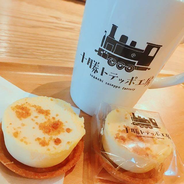 """札幌グルメ on Instagram: """"十勝トテッポ工房@帯広  コロナウイルスでおでかけできないので、ちょっと前の投稿を! 帯広にある十勝トテッポ工房。  三種のフロマージュ150円 コーヒー260円  帯広のカフェはコーヒーが無料だったり、たっぷりはいってるのに安くてすごくいい街☕️…"""" (869250)"""