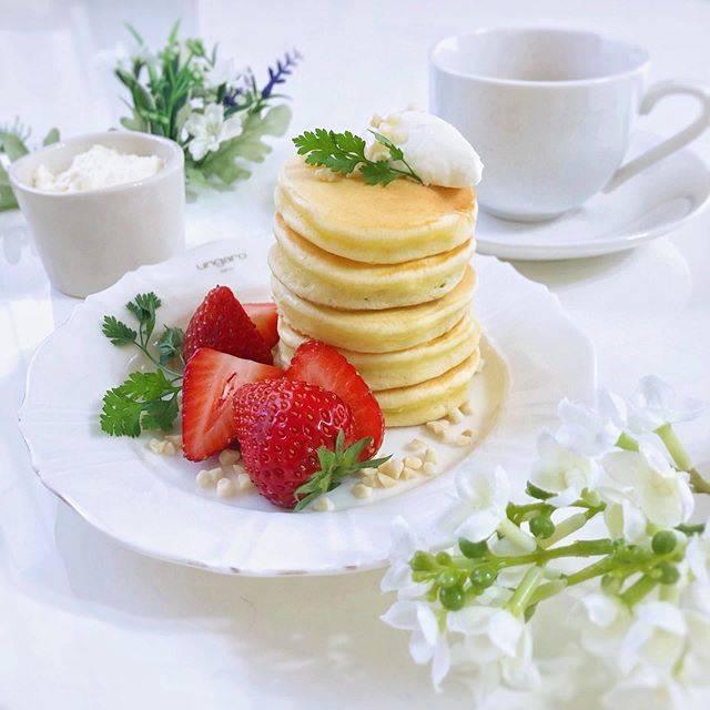 """i.'s Instagram post: """". これは先日のおうちカフェ☕✧ . 前回は薄焼きでリースパンケーキにしたけど今回は少し厚焼きで王道重ね🥰💓 . とっても美味しかった…ハマりそう~🥺✨ .  #パンケーキ #いちご #ホットケーキ #手作りパンケーキ #おうち時間 #手作りお菓子 #お菓子作り #手作りおやつ…"""" (869334)"""