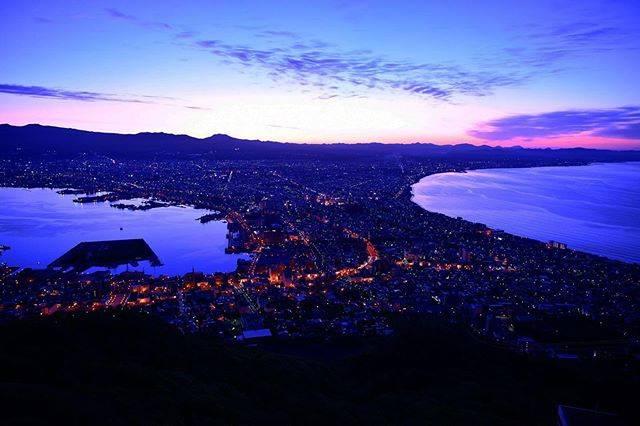 """のんこ on Instagram: """"夜景と夜明けの間の函館。 ずっと観察しているのも面白いですよ。寒いけど😅 何人か気合い組居ます。  #instapic #instaphoto #sky  #北海道#hokkaido  #日本三大夜景 #函館山 #函館  #nightview #夜景 #nikond850…"""" (869794)"""