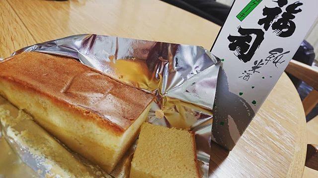 """@karin.michimio's Instagram photo: """"釧路の地酒ケーキ🍶  智子さんから頂いたケーキ🍰 よく冷やすとより美味しいと書いてたので、冷やしてました。  開けた瞬間の香りが(´ー`).。*・゚゚ しっかり🍶  でも、甘すぎず、程よいしっとり感✨美味しい😆カステラとも違う(^^)食べやすいので…"""" (869929)"""