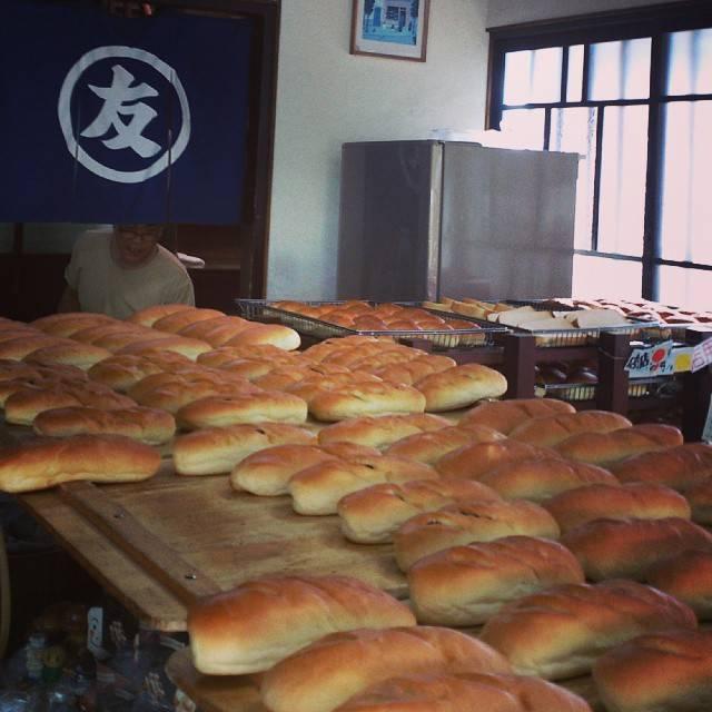 """jarinko. on Instagram: """"昔ながらの手作りパンって感じ!洋ではなく和のパン屋さんって感じでした。お客さんが次から次に来られるので、ゆっくりpic撮れず…(^-^; 連投picすみません(^-^; 今日のところはこの辺で…♪(何軒行ったんだって?)"""" (870229)"""