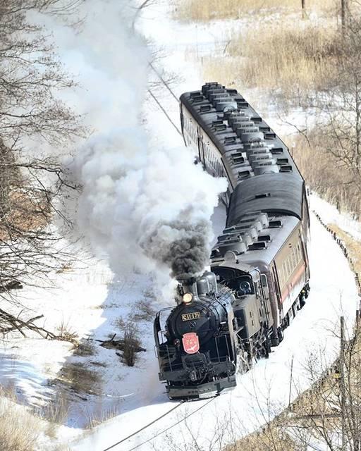 """T.MATSUMI on Instagram: """"SL冬の湿原号  足跡をたどり山を登ったら2名の方が… 二人ともカメラ3台体制📷📷📷 毎週末、道外から飛行機で撮影に来ているようです(>_<)そして今週も来週も… 鉄にかける思い…話しを聞いてるだけで凄いです!  #北海道  #釧路  #jr北海道  #冬の湿原号…"""" (870328)"""
