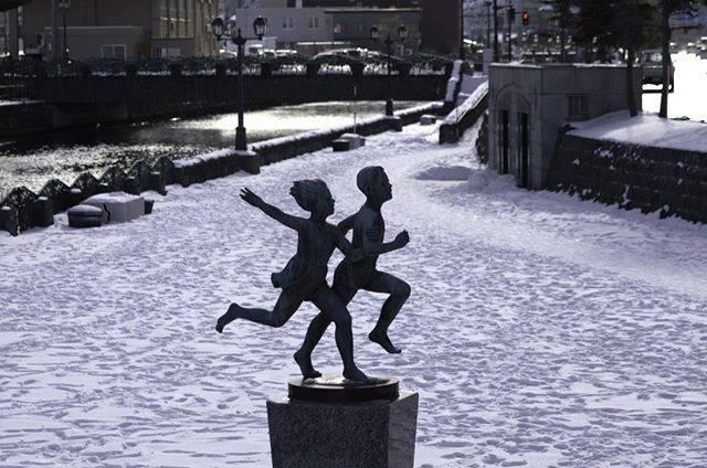 """谷 克紀 ( Katsunori Tani ) on Instagram: """"「冬を駆ける」2020/02/09撮影  龍宮橋近くの散策路のある「友達」像は躍動感あふれるモニュメントです。 像の周りをぐるり回ってみても、どの角度からも美しいシルエットを見せてくれます。 この像が雪に浮かぶシーンを撮りたくて脚立持参で撮影しました。  #小樽 #otaru…"""" (871350)"""