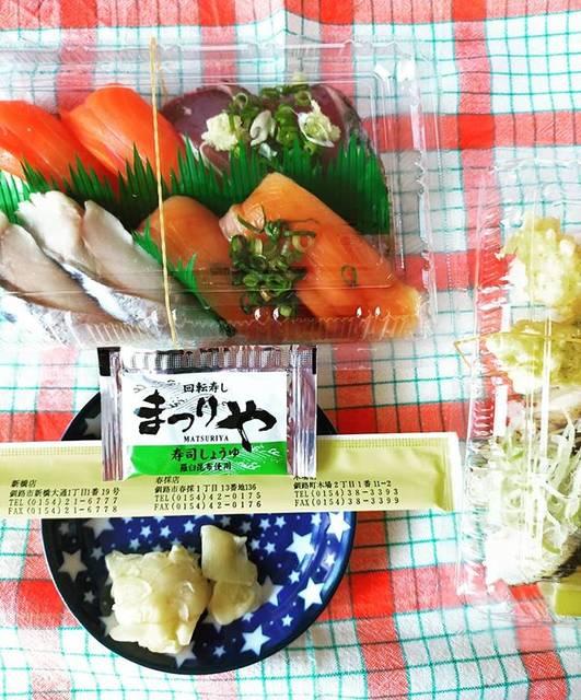 """smokcaterpillar on Instagram: """"天気もいいしお休みだから、自粛してる自分にご褒美ランチ。ネット注文して歩いて取りに行った🍣外食してなかったから····久々に食べたら·美味しい~😂#まつりや #持ち帰り寿司 #お寿司ランチ #札幌のお寿司"""" (872117)"""