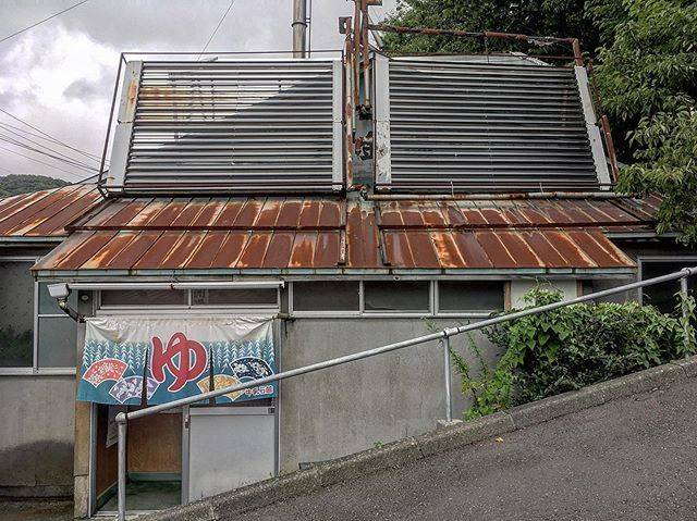 "Tadashi Yoshida on Instagram: ""営業は4時間/週5だそうです。  #黄金湯 #初めて見た #坂の途中 #住宅街 #銭湯 #ゆ #勇気 #室蘭 #お湯 #お風呂 #古い建物 #publicbuth #bathhouse #bathhouses #japanesearchitecture…"" (872200)"