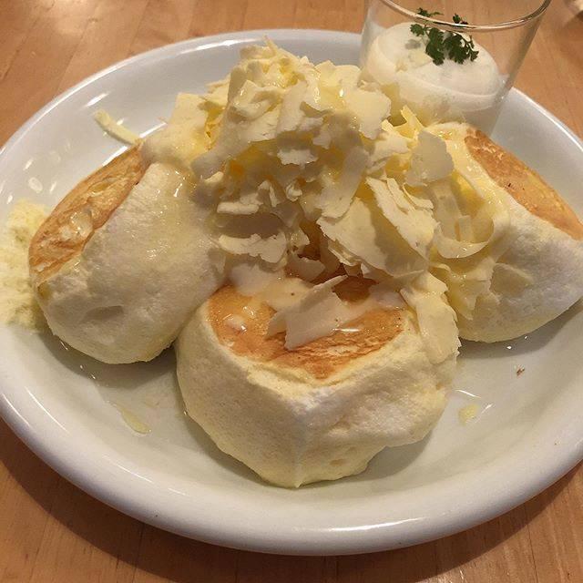 """サラリーマンにっく™️ on Instagram: """"にっくのおやつ ハニーバターパンケーキ  パンケーキは食べるのにスプーンが必要なぐらいふわふわ そこに山盛りの削りバターと生クリーム、蜂蜜が添えられている 口に含むとパンケーキが一瞬で消えるのに対しちょっとバターの塊が口に残る バター好きにはたまらない一品…"""" (873574)"""