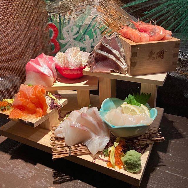 """北海道海鮮・完全個室 38ふ頭B突堤's Instagram profile post: """"こんばんは! 本日はこちらのメニューをご紹介致します! 先日リニューアルオープンをして、新しく追加された 「階段盛り」¥500です! こちらのメニューは、6種類のお魚が2切れずつ盛られています!…"""" (873931)"""