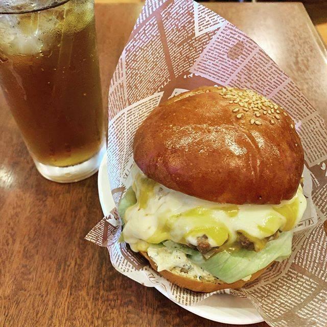 """hiro✨ on Instagram: """"横浜市磯子区『Pass time』🍔 ♡ ◆チーズバーガー ♡ 美味しいハンバーガーが食べたくなり久しぶりに立ち寄りました😋 フライドポテトも食べたかったのですがかなりのボリュームなのでカロリーが気になり我慢…😂 #横浜 #洋光台 #ハンバーガー #ランチ #passtime…"""" (873965)"""