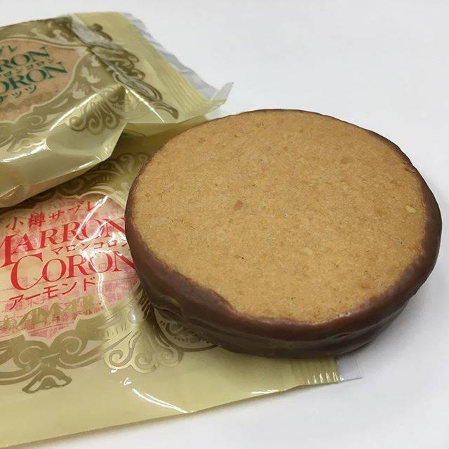 """nishiura on Instagram: """"小樽あまとう マロンコロン〜小樽ではルタオが有名ですが、あまとうさんのマロンコロン大好きです✨厚みのあるサブレが食べてみると3層になっていて、ふちのまわりをチョコレートがけした手作りのクッキーです。厚みがあって食べ応えがありますが、結構デリケートなお菓子で、食べると少しずつほろほろと崩れるので気をつけて食べてます😋…"""" (874297)"""
