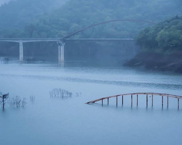 """H.Isamu on Instagram: """"* * ダム建設により役目を終えた旧白銀橋 * 後ろには新白銀橋 * 昨年はここまで見えなかった様な❓ * * 水没した大夕張地区は石炭最盛期で2万人程いた町だったそうです。🤔 * * そして2年前に完全水没してしまった三弦橋は再度見る事は出来るのだろうかとちょと気になる🤔 *…"""" (874571)"""