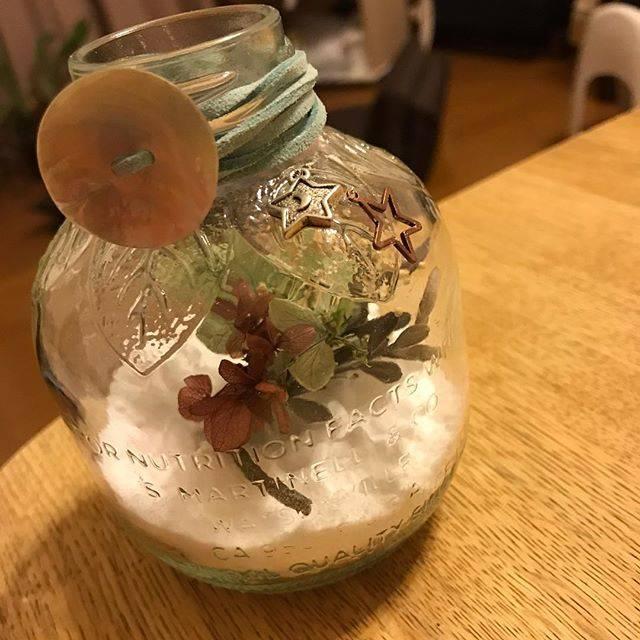 """@yk.1004 on Instagram: """"かわいいリンゴジュースの空き瓶に重曹とドライフラワーとアロマオイルで作る簡単な芳香剤。  ハンドメイド小物は最近作らなくなっちゃったけど、こーいった簡単なやつはちょいちょい作ります。…"""" (874687)"""