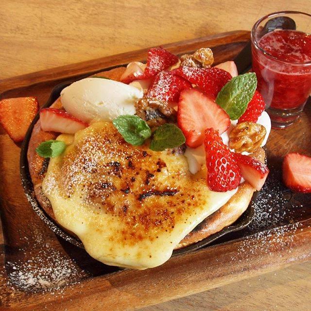 """Bistro Cafe Libro on Instagram: """"連投失礼します! お待たせしました! 明日より新パンケーキがスタートです♪ 【いちご畑のクレームブリュレパンケーキ1090円】  今回のパンケーキは香ばしいクレームブリュレと旬のいちごが主役!…"""" (875180)"""