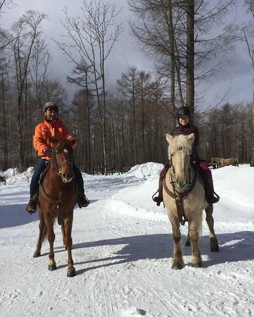 """乗馬クラブリーフ on Instagram: """"本日も雪上外乗日和です☀️ 今日はルナちゃん&チャーミーで『親子外乗』ですよ💕#乗馬クラブリーフ #ルナピエナ#チャーミー #親子馬 #親子外乗#今度はパパも一緒に行こうね #雪上外乗日和#カナキャン北海道"""" (875653)"""