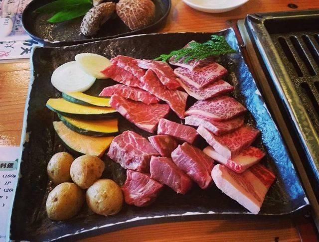 """Yuko on Instagram: """"🍖..上和牛盛り合わせにしたら今日は白老牛とのこと。やわらかくて甘くてもう文句なしに美味しい。特大しいたけも美味。#ログハウスびび #びび#白老牛#和牛#焼肉#ランチ#最近はタレより塩胡椒派#わさびがあれば最高#自家製しいたけ#苫小牧#肉LOVE"""" (875737)"""