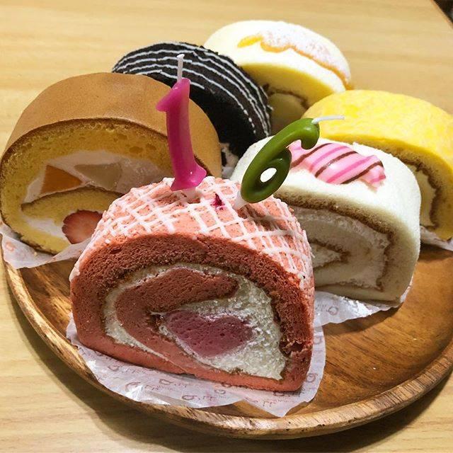"""イルムの丘のりんご園 藤谷果樹園's Instagram profile post: """"今日は長女の誕生日でした。*今回はロールケーキ専門店へ☺︎*可愛くて、美味しい♡*#ロールケーキ工房Qll  #ロールケーキ工房クルル #ロールケーキ  #誕生日  #長女  #16才  #16thbirthday"""" (875994)"""