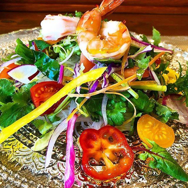 """平尾カフェ プレジール on Instagram: """"🦐エビと春雨のピリ辛サラダ🥗 ✨安全で新鮮で美味しい💓  自然のエネルギーとこだわりの手間かけ愛情たっぷりで育てられた ✨糸島産無農薬野菜✨  たっぷりの栄養を摂取するなら  野菜は旬のモノを生で食べるべし‼️ ドレッシングも自家製無農薬赤玉葱のピンクドレッシング💓…"""" (876062)"""